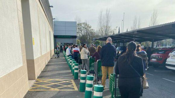 Long queues supermarket